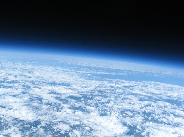 Berhasil meluncurkan kamera ke ruang angkasa dan mengambil foto bumi