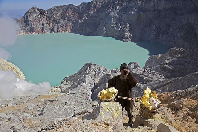 640px-Kawah_Ijen_-East_Java_-Indonesia_-sulphur-31July2009-b