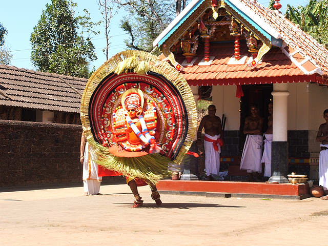 theyyam dance tarian tradisional india 2