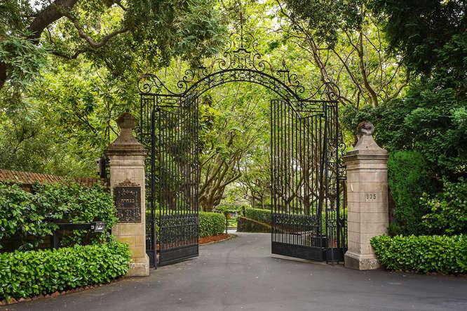 pintu masuk gate chiltern estate