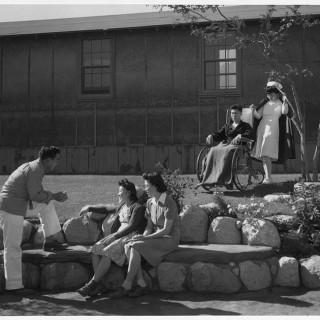 Foto Dokumentasi Warga Jepang Amerika di Kamp Manzanar oleh Ansel Adams
